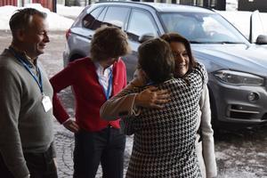 Utrikesminister Ann Linde fick en kram av landshövding Ylva Thörn.