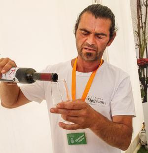 """Murat """"Murre"""" Sofrakis är sannolikt den högst meriterade och respekterade vinmakaren, vinkonsulten och vingårdsägaren i Skandinavien. Men så hör han också till veteranerna som varit verksam i branschen i hela 18 år. Hans viner från Klagshamn i Malmö kommun görs på vitvinsdruvan solaris och är imponerande välgjorda."""