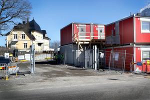 Östra Rögårdsgatan går genom hela Norrtälje Hamn. Söder om Brännäsgården och norr om första kvarteret, Ångkvarnen där Hamnhus 1 byggs, går Östra Rögårdsgatan som kommer att kunna nås med bil.