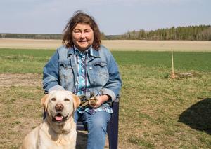 """""""Zolo är en diabeteshund. Han markerar när mitt blodsocker går under 4 mmol och då puffar han mig i bröstet och i ansiktet. Det händer varje natt och säker 3 gånger om dagen"""", berättar Yvonne Gunnarsson."""