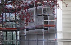 Huset målades om från en blå fasad. Bygglov har getts i efterhand för den nya färgen.