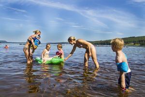 Mamma Anna Lundqvist och barnen Filip och Valter Lundqvist svalkade sig i vattnet tillsammans med Cissi Clahr och barnen Freja och Collin Clahr.