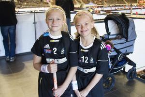 Vilma Johnsson 9 år och Lova Hellström 9 år spelar i SAIK, flickor 09-10. De har spelat innebandy i ungefär två år.