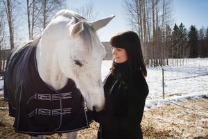 Linda Halldin Normann, här med sin häst Rune, arbetar i dag som kommunikatör på Norra Västmanlands utbildningsförbund, NVU. Hon verkade i början av 2000-talet som journalist på Fagersta-Posten men utbildade sig senare till jurist.
