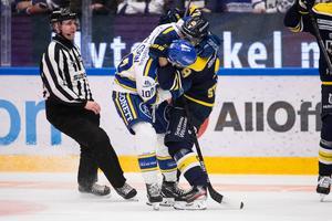 Martin Karlsson i en brottningsmatch med HV71:s Didrik Strömberg. Bild: Daniel Eriksson/Bildbyrån