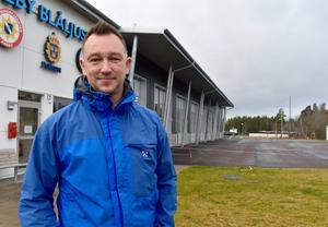 Till vardags har Fredrik Persson blåljushuset i Aneby som sin arbetsplats. Inom kort ska han ansvara för säkerheten under en internationell hockeyturnering för damer.