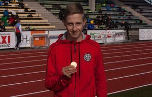 Aron Swartz från Östersund vann P15-klassen i längdhopp efter sitt hopp på 5,68 meter.