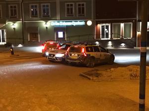 Tre polisbilar i centrala Hedemora under helgen då både rån och rånförsök skedde. Det blev startskottet för nattpatrullerna som Andreas Klasson är med och anordnar.  Foto: Göran Hoffman