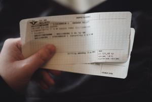 SJ tar ut en serviceavgift på 100 kr per bokningstillfälle för den som behöver manuell hjälp och service. Följden blir att det är en utgift som nästan uteslutande drabbar utsatta och resurssvaga personer.