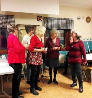 Från vänster Ester, Birgitta, Birgit och Ingrid får belöning av Eleonore Nordin.