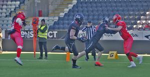 Eric Murphy springer in med den touchadown som betyder 14–7, och sätter Black Knights i ledninge med bara drygt tre minuter kvar av matchen mot Uppsala.