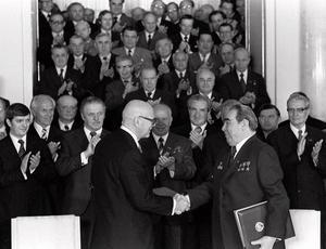 Finlands president Urho Kekkonen och Sovjetunionens ledare Leonid Bresjnev skriver på ett handelsavtal på 70-talet.