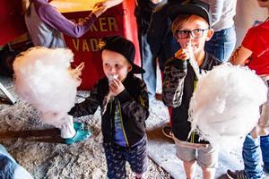 Oscar och Gustav Oknefjell, fyra respektive sju år, fick varsin sockervadd som inhandlades vid entrén.