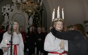 Vid kröningen överlämnade förra årets lucia Jonna Eriksson ett halssmycke till Hanna Ahlm.
