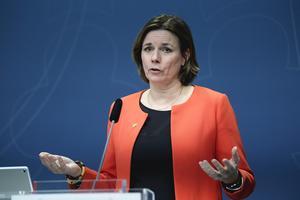 Miljöminister Isabella Lövin (MP) presenterar den klimatpolitiska handlingsplanen under en pressträff i Rosenbad. Foto: Janerik Henriksson / TT.