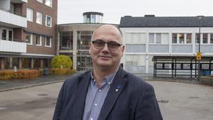 Tony Andersson jämför terminsavgiften i kulturskolan med kostnaderna för de ungdomar som vill spela ishockey.