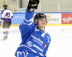 Anders Thunman Hälldahl jublar efter ett av många mål i Narvik. Klubben har tagit steget upp i högsta ligan. I laget finns fyra före detta spelare från AIK Hockey Härnösand.                 Bild: Narvik IK