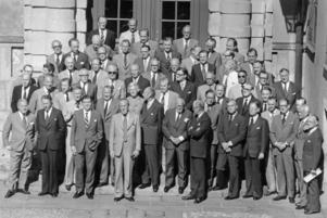 Sveriges ambassadörer samlade på en bild 1975, ett sextiotal män och en kvinna, Agda Rössel som står på andra raden.Foto: Reportagebild / TT