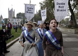 Lefteris PitarakisSuffragettledaren Sylvia Pankhursts barnbarn, Helen Pankhurst, leder en protest för jämställdhet, 100 år efter sin släkting. I år kommer Helen till bokmässan. Foto: Lefteris Pitarakis