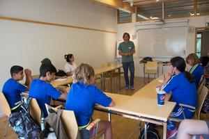 Det är inte ofta alla deltagare i en skrivarkurs bär fotbollskläder. Författaren Magnus Ljunggren besöker ofta skolor men har aldrig varit skrivledare vid ett fotbolls- och skrivarläger förut.