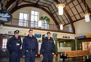 Polisinspektörerna Lennart Westberg, Tomas Sjöström och Kent Karlsson har koll på brottsligheten på järnvägsstationen i Sundsvall.