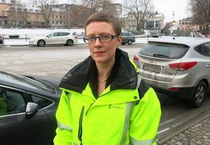 Linnea Viklund, Västerås stads gatuchef, påpekar att enklare åtgärder kan göras omgående. Hur städningen av gator och vägar på Erikslund ska prioriteras är en politisk fråga.