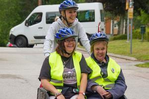 """""""Jag tycker att det är bra att de finns, speciellt när det är fint väder"""", säger Carina Myckelberg till vänster på cykeln."""