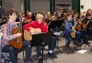 Ett 40-tal unga från fyra kulturskolor deltar i gitarrlägret från fredag till söndag.
