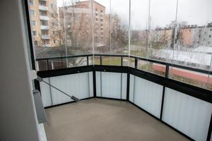 Gör sig bättre i vår. November kan möjligen vara den sämsta månaden för att göra en svensk balkong rättvisa. Här finns plats för matbord och stolar utan svårighet.