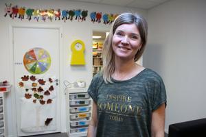 """Madeleine Almquist äger bolaget Förskolan Guldgruvan i Falun AB och byggnaden. Hon visar andra våningsplanet, avdelningen """"Guldklimparna"""", som öppnade i början av året."""
