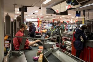Varför saknar många affärer i Kramfors skydd av plexiglas, undrar insändarskribenten.
