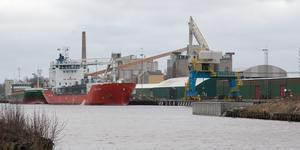 Köpings djuphamn februari 2020. Inte så många stora arbeten på gång just nu, men i och med investeringsbeslut på 218 miljoner i veckan, lär flera projekt kunna sättas igång.