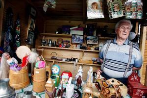 """88-årige Erling Granli som jobbar i en av bodarna på Jamtli säger att han inte tränar något speciellt för att hålla sig i form. Men däremot blir det mycket skidåkning på vintern och cykel på somrarna. Och det var på cykel som norskfödde Erling Granli kom till Sverige första gången. """"1936 cyklade jag till Östersund från Levanger. Det är väl 23 mil. Men det var inget särskilt med det"""", säger han. Foto: Henrik Flygare"""