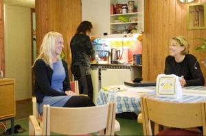 Andrea Saur tar en fika tillsammans med Cecilia Medalen, som är rektor på Svenstaviks skola och som i början av den här terminen kommer att vara huvudansvarig på Familjecentralen.