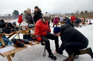 Tuula Svedberg från Hedemora får hjälp av Lars Melén som kan berätta om utrustning och teknik när det gäller att åka långfärdsskridskor.
