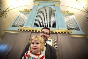 Sven Edsfors från Vox Humana, här med Hedda i sällskap, bjöd in till de jubilerande Orgelspelen i Örnsköldsvik.