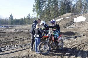 Elever och lärare tränar vid motocrossbanan i Arvidsbo utanför Tierp. Om planerna går i lås kan de nästa vinter också köra inomhus.