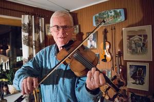 Janne Wallman, Saxdalen, med sin fiol. Pappa Olle var riksspelman och var med och grundande låtspelsgruppen Saxdalingarna, som nu hållit igång i 40 år.