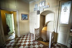 Trappan som går ner till våningsplan ett har även den snickarglädje.
