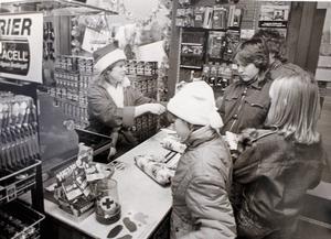 """– Det har varit fullsmockat med folk"""", säger Susanne Norberg som satt i kassan på Rimbo järnaffär till klockan två på natten. """"Men det har varit jättekul."""" Så löd NT:s bildtext från skyltsöndagen 1984. Foto: Anders Sjöberg"""