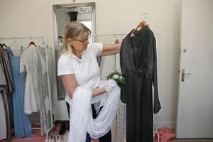 Tidigt 1900-tal var svart högtidsfärgen nummer ett. Denna klänning har Ulla Pedersen fått låna inför modevisningen vid Sala silvergruva hon hade på påskdagen.