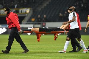 Michael Omoh följde med Jesper Nyholm hela vägen ut i läkarrummet, och satt tillsammans med honom tills ambulansen kom och hämtade AIK-försvararen. Foto: Henrik Montgomery/TT