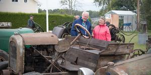 Äkta epa. Knut och (i viss mån) Lilian Hansen beundrar de gamla epatraktorerna från tiden då man verkligen byggde om gamla bilar och lastbilar till jordbrukstraktorer.