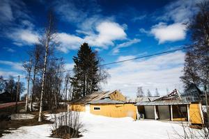 Taket över danspaviljongen på gamla Åbacka i Tullingsås har rasat in. Serveringsdelen har klarat sig bättre.