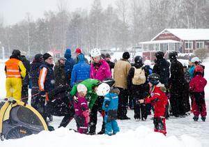 På söndagen var kön lång till obligatoriska varmkorven efter uträttat jobb på Runns is.