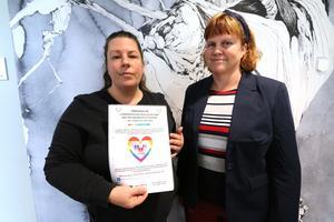 """Ann-Charlotte Svensson och Katarina Raneborn är med i Facebookgruppen  """"Askersund för alla"""" och förbereder en ljusmanifestation i Torgparken den 14 februari."""