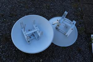 Omonterade radiolänkar som senare skulle fästas i masten.