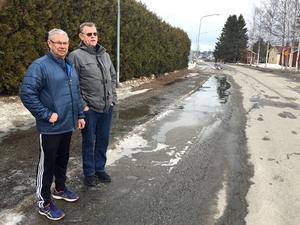 Åke Eriksson och grannen Robert Näslund i backen där smältvattnet rinner. Ett smältvatten som TV4 nu låter analysera.