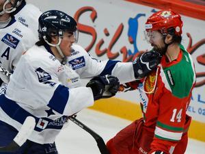 Alen Bibics blev en publikfavorit i Leksand med sin hårdföra spelstil. Här i duell med Moras Johan Alcén i derbyt i Globen 2013. Foto: Claudio Bresciani/Scanpix