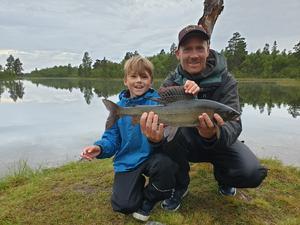 Emil Rosén, 8 år, fick en fin harr när han och pappa Per Rosén rodde drag i Östervingarna, Tännäs. Harren vägde 1,35 kilo. Foto:Privat